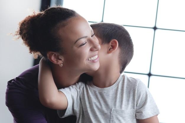 Immagine del figlio che bacia la mamma