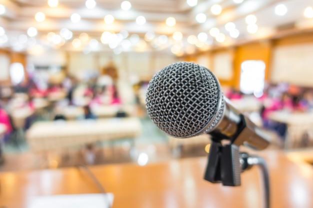 Immagine di microfono in una sala convegni