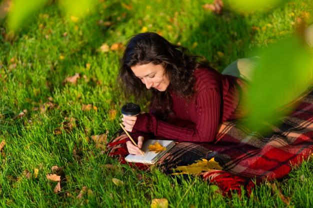 Immagine di donna che scrive una lettera