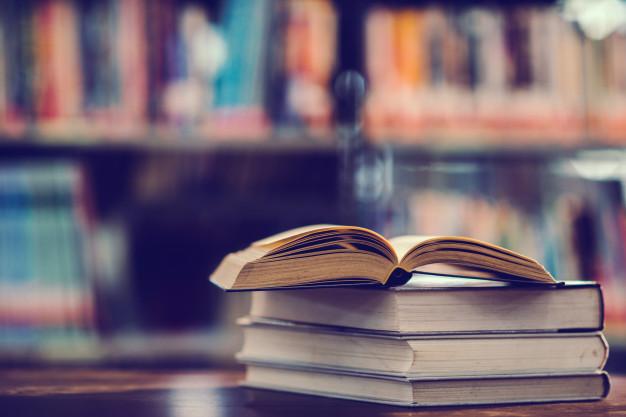 Immagine di libri impilati sul tavolo