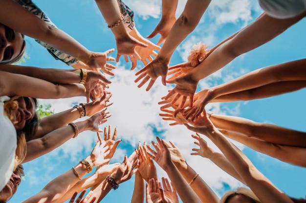 Immagine di mani verso il cielo