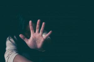 Immagine di una mano di donna che dice stop alla violenza