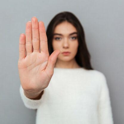 Immagine di una donna che dice stop alla violenza
