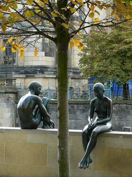 Immagine scultura uomo donna