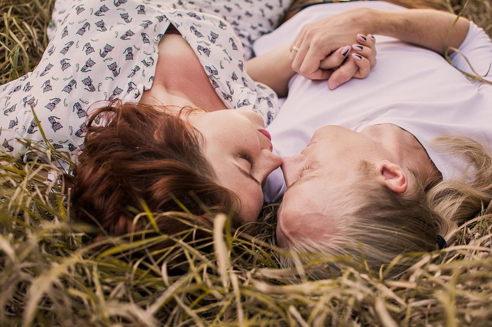 Immagine uomo e donna distesi sull'erba