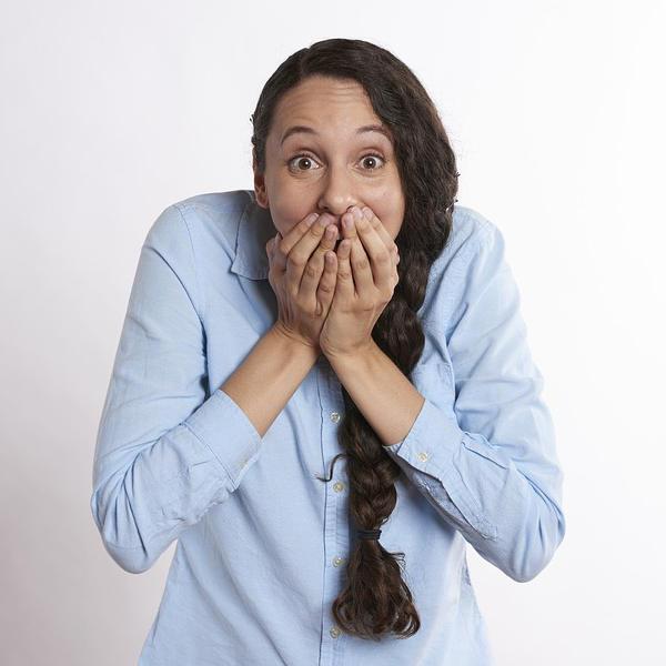 Immagine di una ragazza imbarazzata
