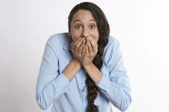 Immagine di una ragazza con mano sulla bocca