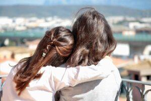 Due sorelle che si abbracciano