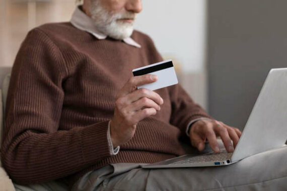 Immagine di un uomo che acquista online