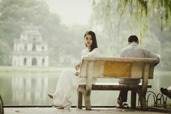 Immagine di donna sula panchina
