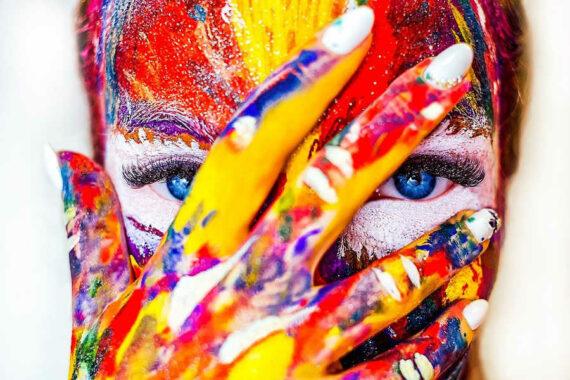 Immagine di viso di donna pitturato