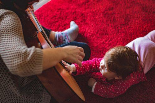 Immagine di bimbo con chitarra