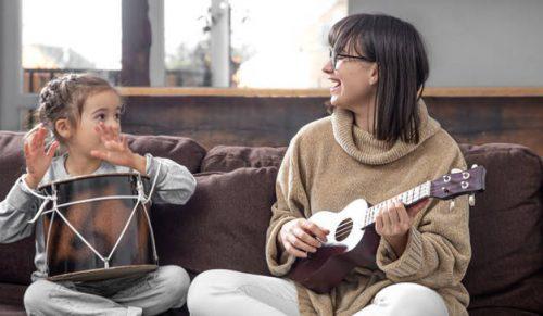 Immagine di donna e bambina suonano insieme